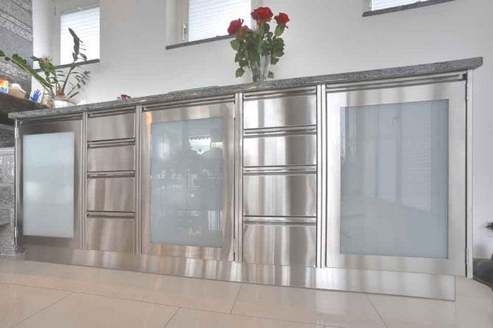 Grossküchen Privatküchen aus Edelstahl von der Simeta AG aus Niederwil