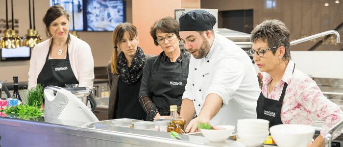 Liebe geht durch den Magen – und die Simeta AG unterstützt Amor beim Zielen! In der Hightech-Küche der Simeta AG im Art Deco Hotel Montana in Luzern versuchen sich je drei weibliche und männliche Köche mit Hilfe des Thermomix® in die Herzen von Testesserinnen und Testessern zu kochen. Die Testpersonen entscheiden anschliessend, welchem Koch oder welcher Köchin sie ihre Herzen verschenken. Die neue Koch- und Dating-Show heisst «Kitchen Date» und wird an den folgenden Tagen jeweils um 18 auf Pro 7 gezeigt: